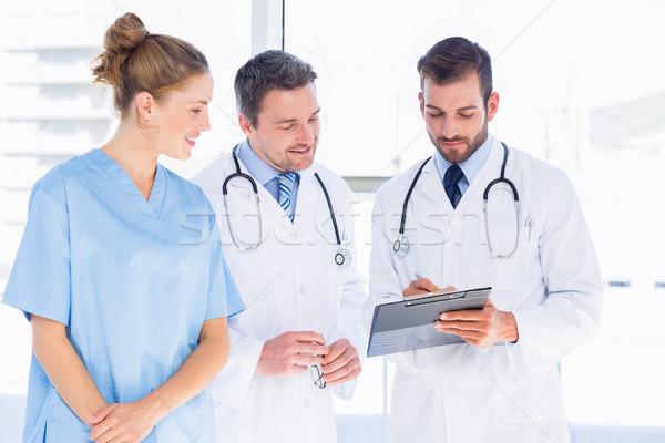 Orvosok női sebész olvas orvosi jelentések Stock fotó © wavebreak_media