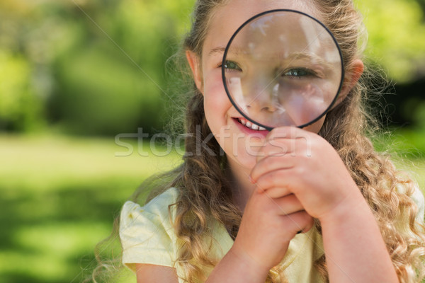 Cute meisje naar vergrootglas park Stockfoto © wavebreak_media
