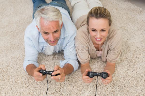 Souriant couple tapis jouer jeux vidéo maison Photo stock © wavebreak_media