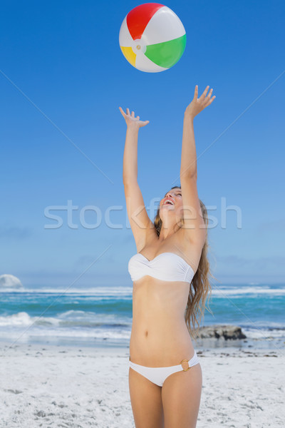 Lächelnd schlank Frau Beachball Stock foto © wavebreak_media