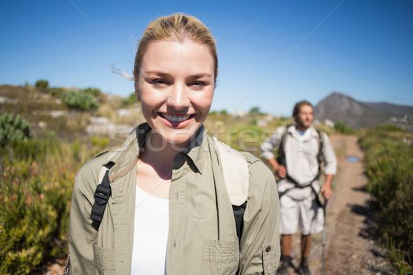 Wandelen paar lopen berg terrein vrouw glimlachen Stockfoto © wavebreak_media