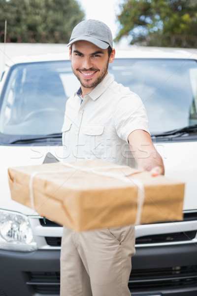 Entrega conductor sonriendo cámara van ofrecimiento Foto stock © wavebreak_media