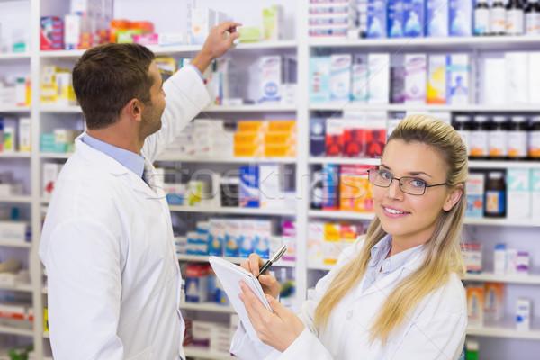 Gyógyszerész néz gyógyszer recept gyógyszertár nő Stock fotó © wavebreak_media