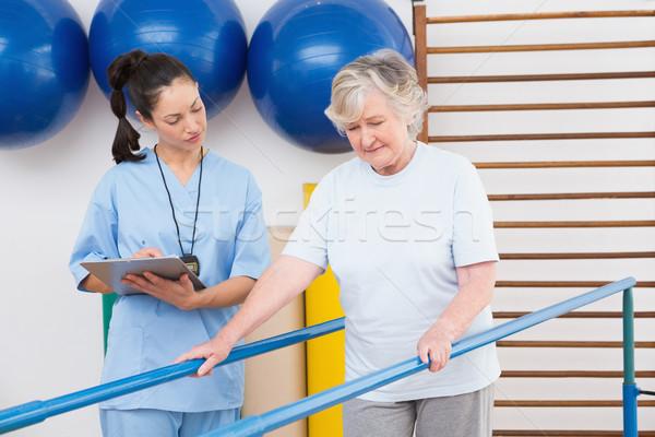 Zdjęcia stock: Terapeuta · patrząc · starszy · kobieta · spaceru · równolegle