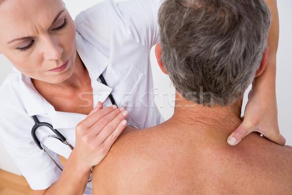 ストックフォト: 医師 · 調べる · 患者 · 肩 · 医療 · オフィス
