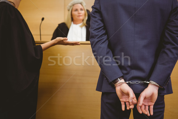 Juez hablar criminal esposas tribunal habitación Foto stock © wavebreak_media