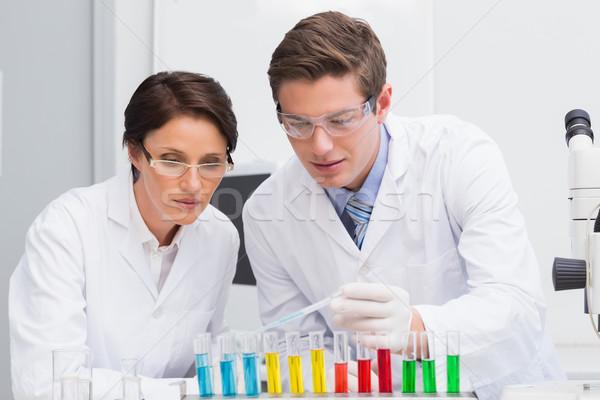Wetenschappers naar reageerbuis laboratorium vrouw medische Stockfoto © wavebreak_media