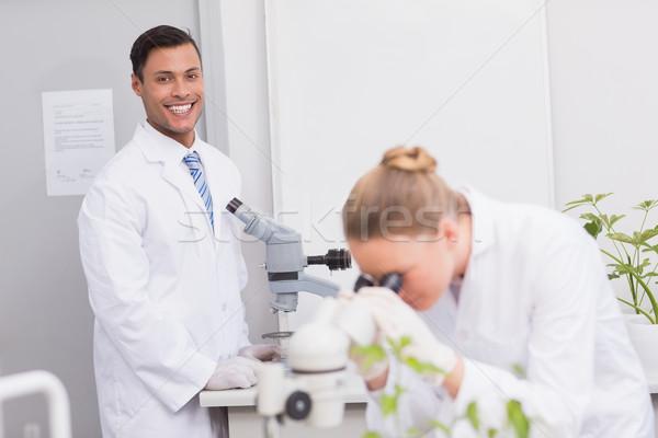 Felice scienziato sorridere fotocamera microscopio laboratorio Foto d'archivio © wavebreak_media