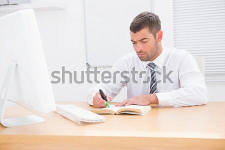 Mosolyog üzletember olvas aláírás férfi toll Stock fotó © wavebreak_media