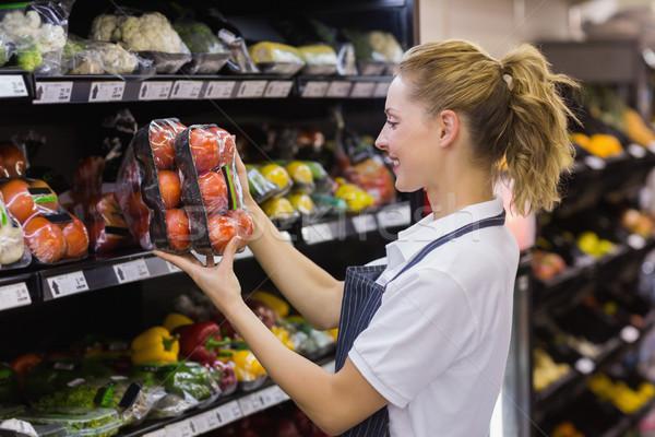 Yandan görünüş gülen işçi domates Stok fotoğraf © wavebreak_media