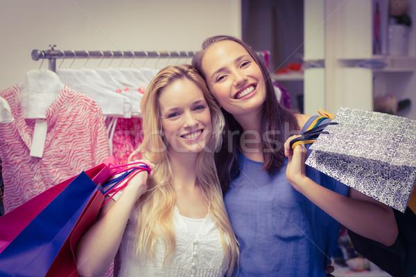 Boldog barátok tart bevásárlótáskák portré kettő Stock fotó © wavebreak_media