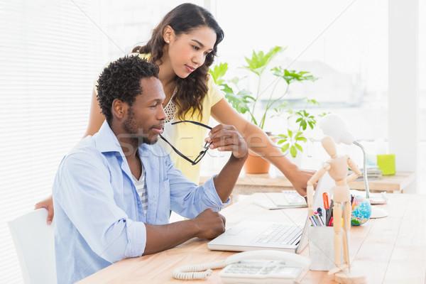 Jonge zakenlieden kantoor wijzend iets laptop Stockfoto © wavebreak_media