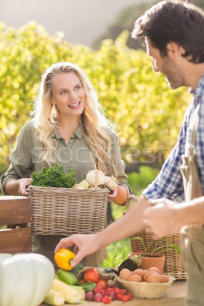 Souriant client achat légumes Photo stock © wavebreak_media