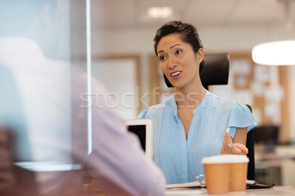 Zakenvrouw bespreken collega kantoor mannelijke man Stockfoto © wavebreak_media
