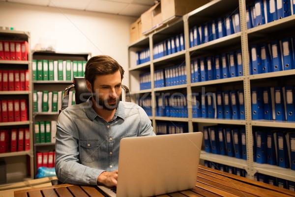 Empresario usando la computadora portátil archivo mesa ordenador Foto stock © wavebreak_media