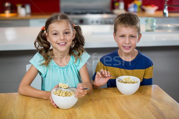 Portret uśmiechnięty płatki śniadaniowe kuchnia domu Zdjęcia stock © wavebreak_media