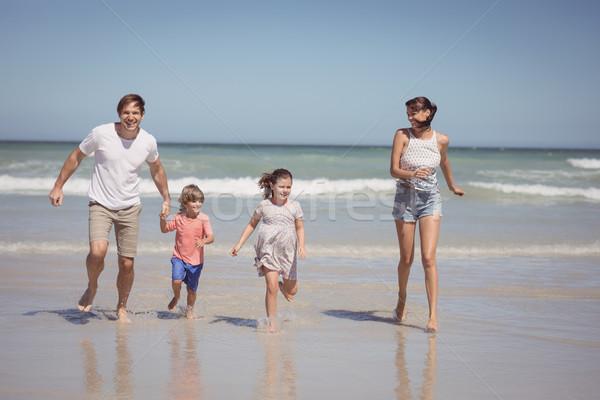 Famiglia felice esecuzione shore spiaggia amore Foto d'archivio © wavebreak_media
