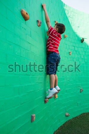 Menino escalada verde parede Foto stock © wavebreak_media