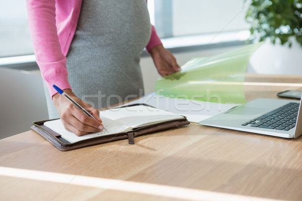 妊娠 女性実業家 書く 主催者 デスク ストックフォト © wavebreak_media