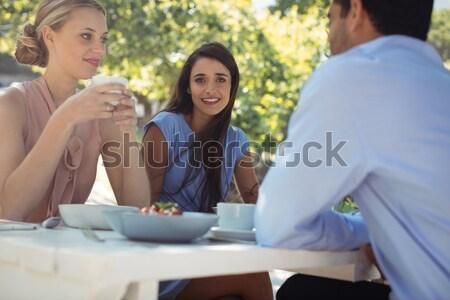 Kelnerka piśmie celu notatnika znajomych jadalnia Zdjęcia stock © wavebreak_media
