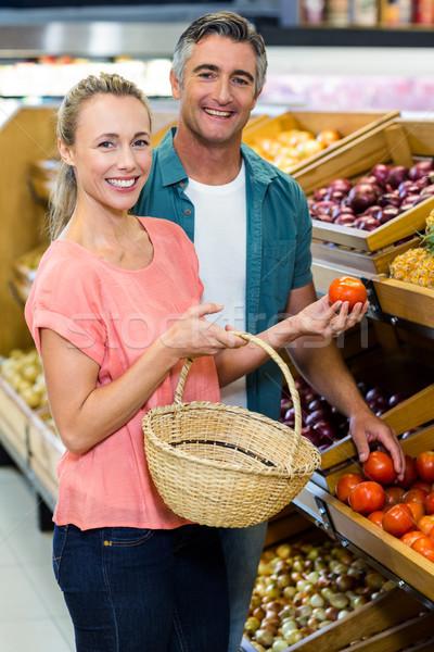 Szczęśliwy para pomidory supermarket działalności Zdjęcia stock © wavebreak_media