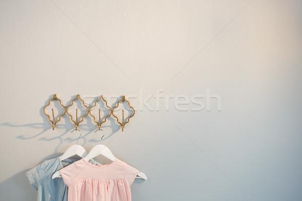 Ruházat akasztás kampó fehér fal rózsaszín Stock fotó © wavebreak_media