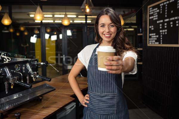 Mosolyog barista tart eldobható csésze kávéház Stock fotó © wavebreak_media