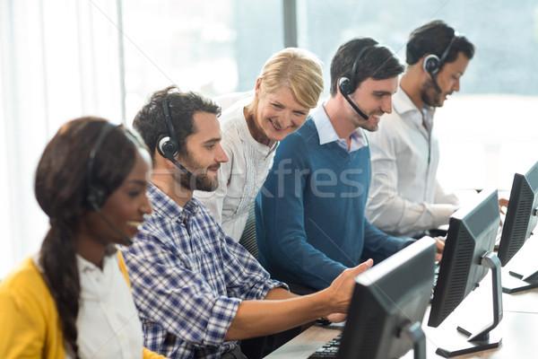 チーム 同僚 作業 デスク ヘッド オフィス ストックフォト © wavebreak_media