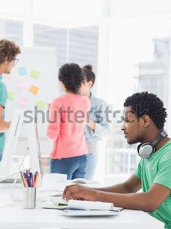 Női igazgató magyaráz kollégák kreatív iroda Stock fotó © wavebreak_media