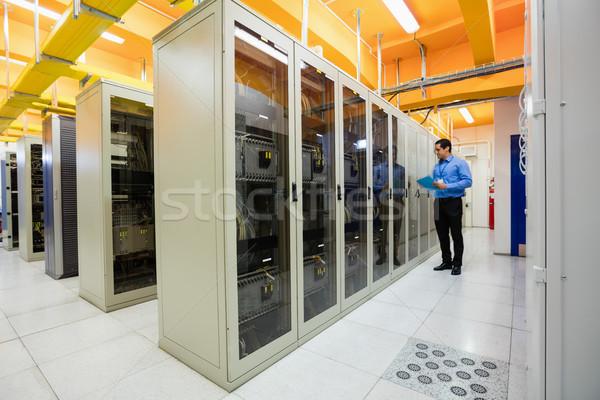 Técnico comprobar lista servidor habitación hombre Foto stock © wavebreak_media