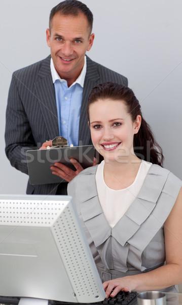 Charyzmatyczny kierownik pracownika uśmiechnięty kamery biuro Zdjęcia stock © wavebreak_media