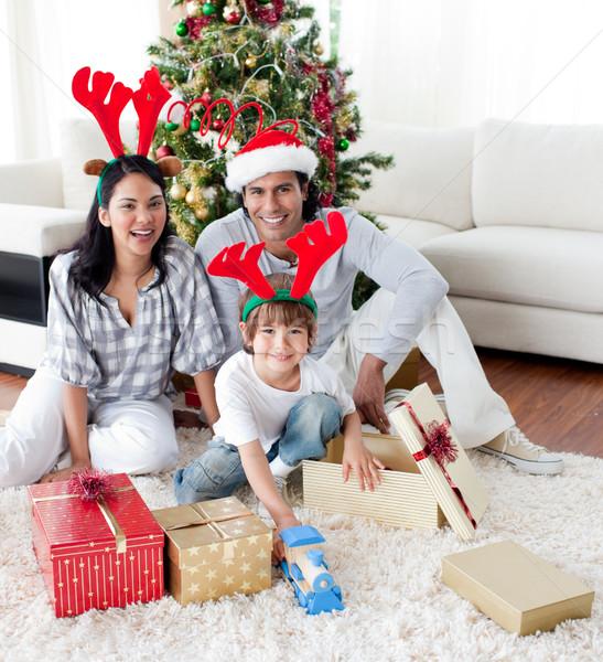Család karácsonyfa otthon mosoly szeretet férfi Stock fotó © wavebreak_media