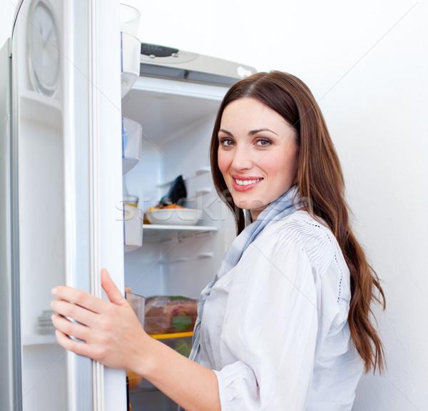 Gelukkig vrouw naar iets koelkast home Stockfoto © wavebreak_media
