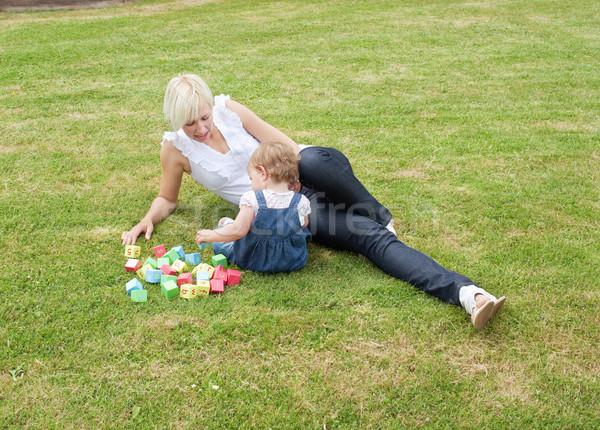Foto stock: Jogar · jardim · brinquedos · família · grama · feliz