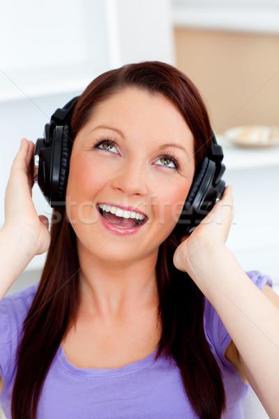 śpiewu młoda kobieta słuchanie muzyki domu muzyki uśmiech Zdjęcia stock © wavebreak_media