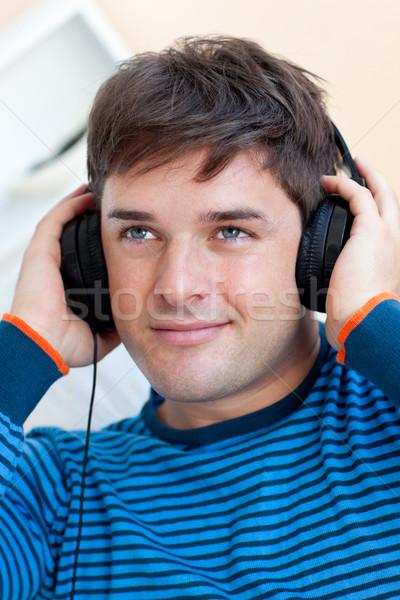 Ritratto bell'uomo ascolto musica home Foto d'archivio © wavebreak_media