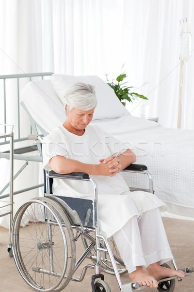Foto stock: Senior · mulher · cadeira · de · rodas · espaço · idoso · rir