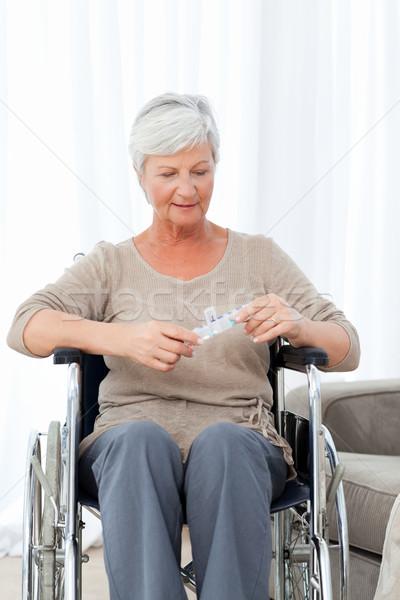 シニア 車いす 錠剤 スペース 高齢者 笑う ストックフォト © wavebreak_media