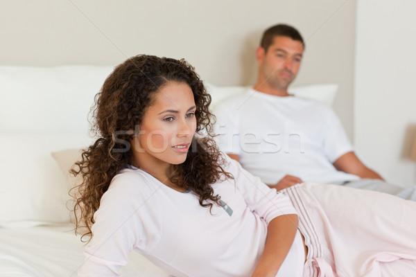 Nadenkend vrouw echtgenoot bed liefde man Stockfoto © wavebreak_media