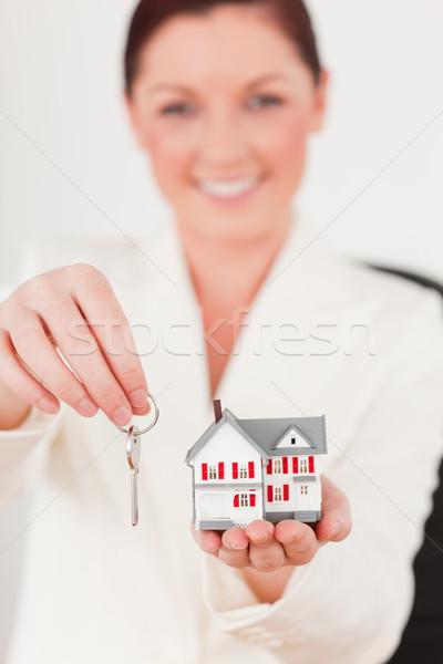 Fiatal vonzó női öltöny tart kulcs Stock fotó © wavebreak_media