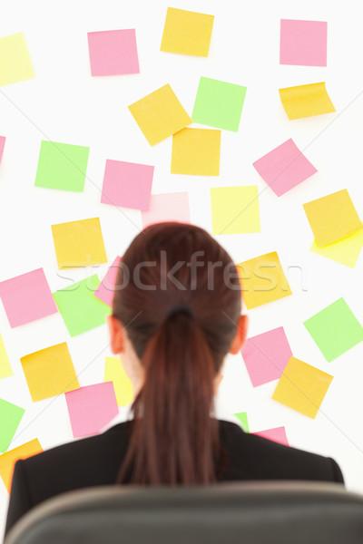 Femme regarder mur plein note Photo stock © wavebreak_media