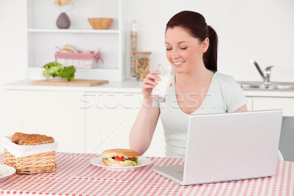 Bonne recherche femme posant verre lait détente Photo stock © wavebreak_media