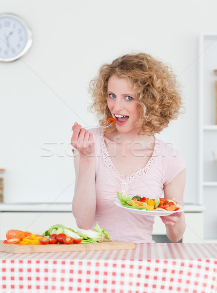 Stockfoto: Charmant · blonde · vrouw · eten · groenten · keuken · vrouw
