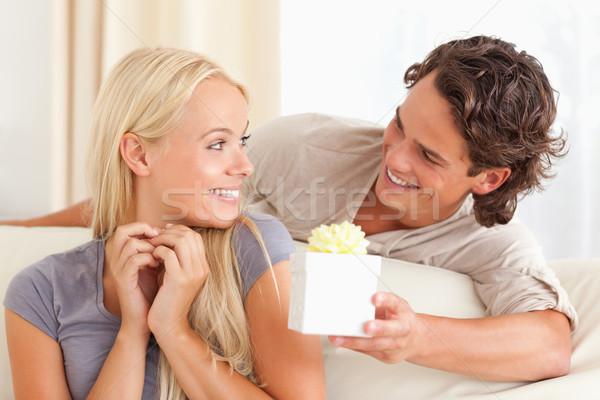 Człowiek oferowanie obecnej żona salon domu Zdjęcia stock © wavebreak_media