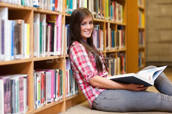 Glimlachend jonge vrouwelijke student boek Stockfoto © wavebreak_media