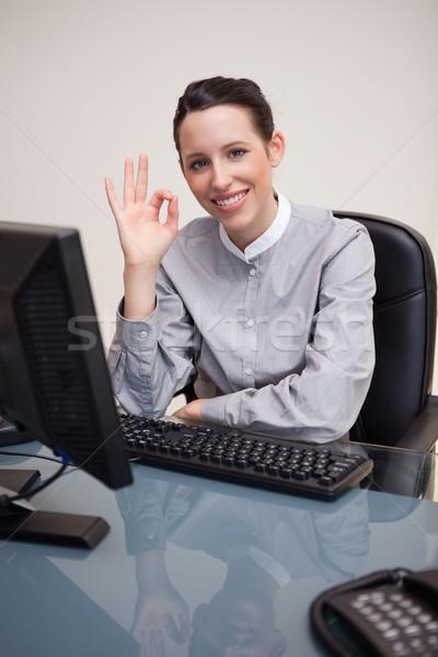 молодые деловая женщина утверждение компьютер таблице Председатель Сток-фото © wavebreak_media