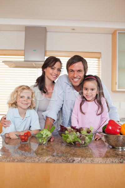 Portrait famille salade cuisine maison beauté Photo stock © wavebreak_media