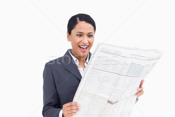 Közelkép meglepődött elarusítónő olvas újság fehér Stock fotó © wavebreak_media