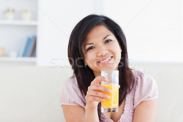 Сток-фото: улыбающаяся · женщина · стекла · апельсиновый · сок · гостиной · кофе