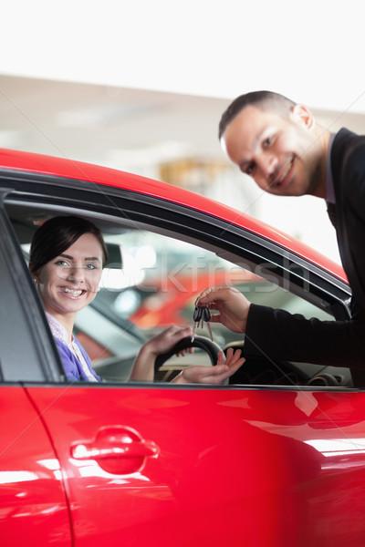 Mutlu satıcı araba anahtarları kadın araba alışveriş Stok fotoğraf © wavebreak_media